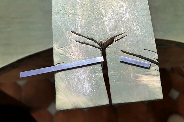 切断された金属素材(シルバー)